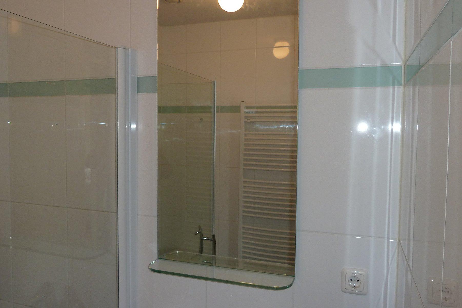 https://www.hijmanglas.nl/site/badkamerspiegel-met-glazen-planchet-zoetermeer/$FILE/badkamerspiegel-met-glazen-planchet-zoetermeer01.jpg