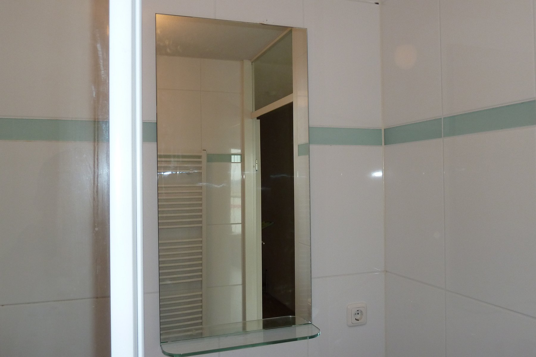 Badkamerspiegel met glazen planchet plaatsen in Zoetermeer