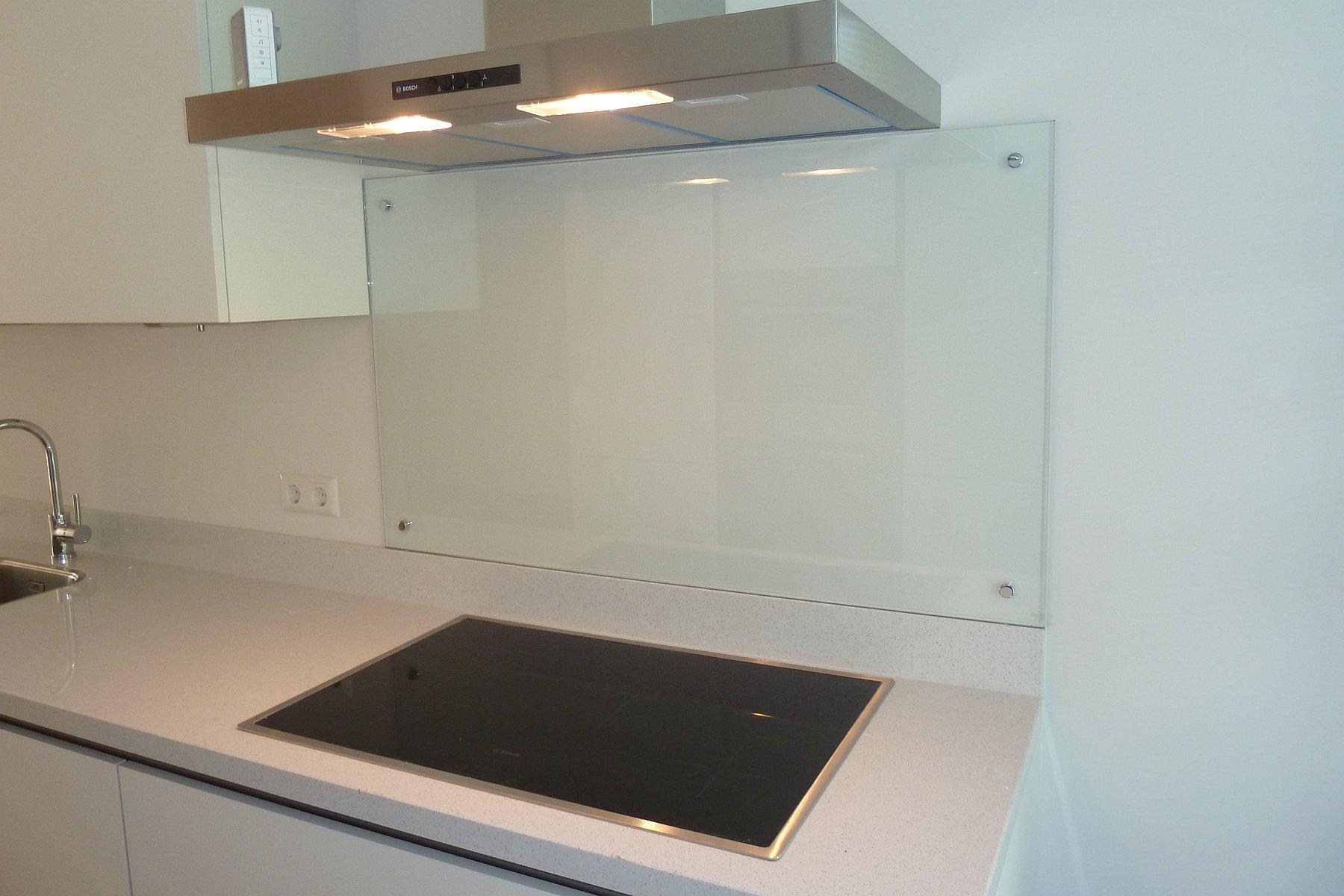 Glazen spatwand plaatsen in keuken den haag